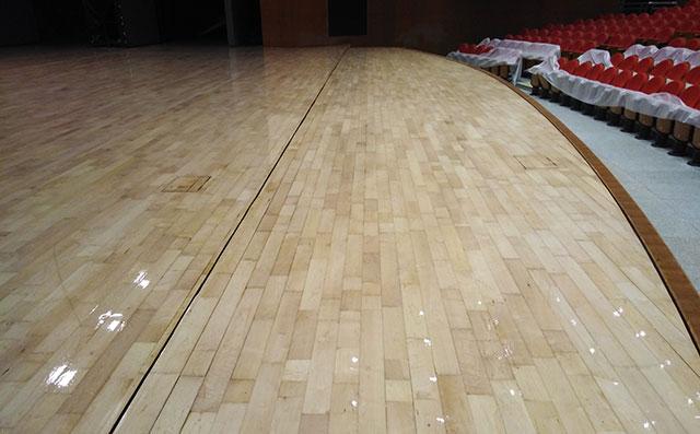 看看安装非专业体育馆木地板后果有多严重